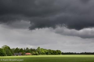 Cumulus en stratocumulus wolken drijven over het platteland van Drenthe