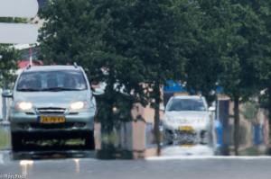 Misschien wel de meest bekende luchtspiegeling. Auto's lijken op een warme droge zomerdag door het water te rijden. In werkelijkheid een lichtbuiging vlak boven het hete asfalt waardoor er een spiegelbeeld ontstaat.  - Fotograaf: Ron Poot