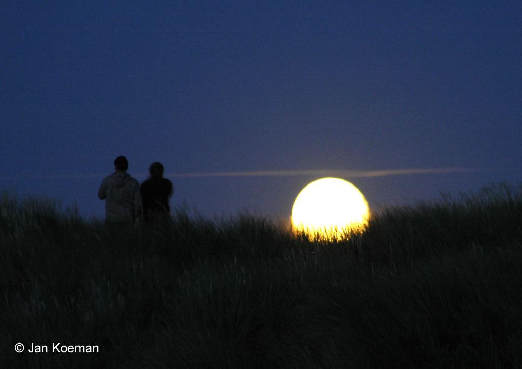 Maansopkomst in de duinen