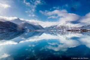 De perfecte weerspiegeling van blauwe lucht en witte bergen creeeren een oneindige wereld. Lofoten, Noorwegen. - Fotograaf: Johan van der Wielen