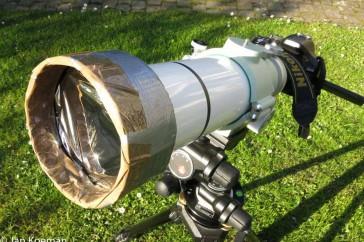 Nikon D5200 en Takahashi 355 mm telescoop+mylar filter. Het lijkt alsof dat mylarfolie er een beetje frommelig in zit, maar dat moet zo. Je mag het folie niet strak trekken. Op de beeldkwaliteit heeft een bobbelig mylarfilter geen enkele invloed.