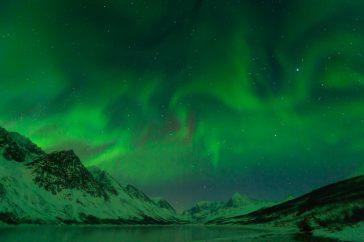 Explosie van noorderlicht in de Lyngen Alps in Noorwegen