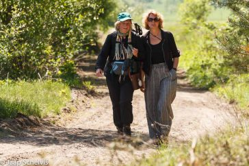 Vriendinnen aan de wandel; Country walk with a friend