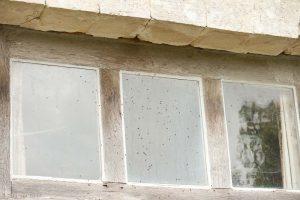 Keuteltjes die blijven steken in spinnenwebben onder een opening bij het raam verraden de aanwezigheid van een verblijfplaats. Ga 's avonds eens terug om te zien of er vleermuizen naar buiten komen.  - Fotograaf: Paul van Hoof