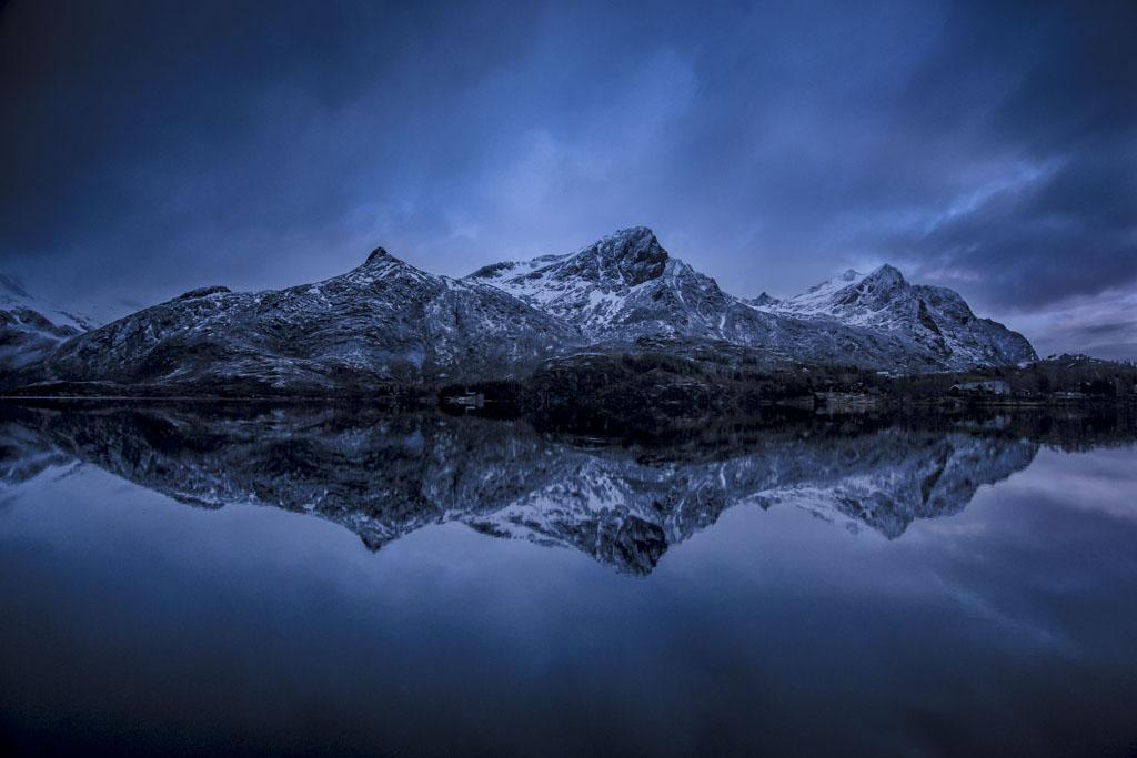 De reflectie van bergen in een meer op de Lofoten