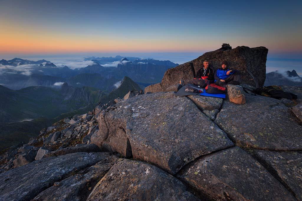 Slaapplaats op bergtop Hermanndalstinden-(Lofoten).