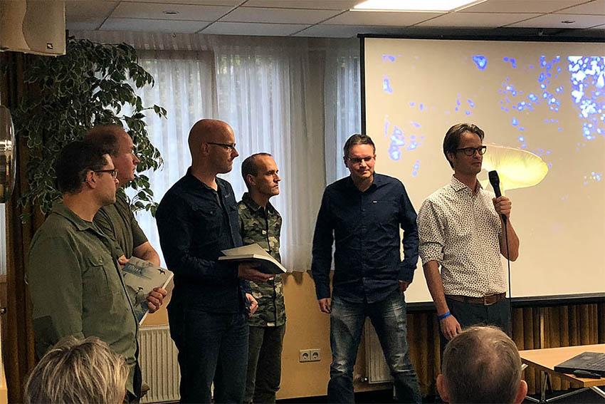Uitreiking Praktijkdgids Flitsen door Daan Schoonhoven aan Leon Baas, Paul van Hoof, Johan van de Wielen, Bob Luijks Elja Trum.