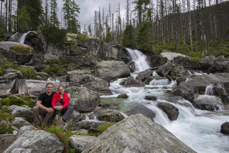 Jarno en Ayla bij een waterval