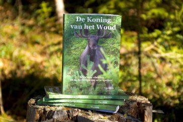 Mocht je binnenkort op reis gaan in Noord-Europa, Noord-Amerika of Noord-Azië en elanden willen spotten, dan is 'De koning van het woud' een boek dat je beslist gelezen en bij je moet hebben. Praktisch naslagwerk Naast beschrijvingen van de eland zelf en de gebieden waarin ze leven is in 'De koning van het woud' bijvoorbeeld ook te lezen waar je elanden kunt spotten, hoe je je moet gedragen bij een ontmoeting met een eland, hoe je zijn orenspel kunt lezen en wat je moet doen als je er onverhoopt een aanrijdt. De verhalen worden ondersteund met veel foto's. Het boek heeft een handig A5-formaat en bestaat uit 120 bladzijden. De teksten lezen makkelijk en zijn ongecompliceerd, waardoor het naslagwerk ook leuk is voor de jongere lezer. De schrijver Yvo Kiela runt het buitenactiviteitenbedrijf 'Rawhides' Guiding Company en organiseert al meer dan 10 jaar elandsafari's in midden Zweden. In het boek deelt hij al zijn ervaringen en kennis op elandengebied. Bestellen Het boek kost €15,95 (exclusief verzendkosten) en is te bestellen via de website van 'Rawhides' Guiding Company