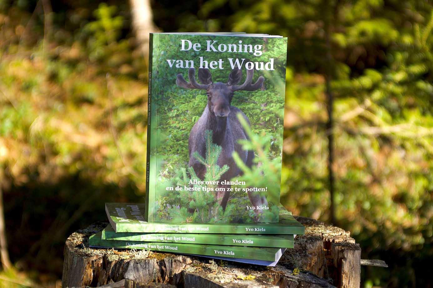 Mocht je binnenkort op reis gaan in Noord-Europa, Noord-Amerika of Noord-Azië en elanden willen spotten, dan is 'De koning van het woud' een boek dat je beslist gelezen en bij je moet hebben. Praktisch naslagwerk Naast beschrijvingen van de eland zelf en de gebieden waarin ze leven is in 'De koning van het woud' bijvoorbeeld ook te lezen waar je elanden kunt spotten, hoe je je moet gedragen bij een ontmoeting met een eland, hoe je zijn orenspel kunt lezen en wat je moet doen als je er onverhoopt een aanrijdt. De verhalen worden ondersteund met veel foto's. Het boek heeft een handig A5-formaat en bestaat uit 120 bladzijden. De teksten lezen makkelijk en zijn ongecompliceerd, waardoor het naslagwerk ook leuk is voor de jongere lezer. De schrijver Yvo Kiela runt het buitenactiviteitenbedrijf 'Rawhides' Guiding Company en organiseert al meer dan 10 jaar elandsafari's in midden Zweden. In het boek deelt hij al zijn ervaringen en kennis op elandengebied. Bestellen Het boek kost €15,95 (exclusief verzendkosten) en is te bestellen via de website van 'Rawhides' Guiding Company.