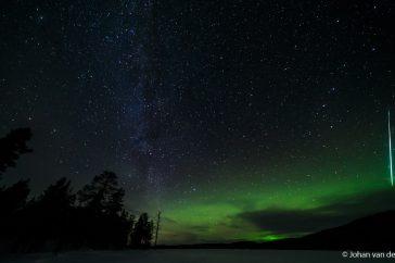 Sta je met 10mm het opkomende noorderlicht in combinatie met de Melkweg te fotograferen… heb je dankzij die enorme beeldhoek één van de felste vallende sterren in beeld die ik ooit heb gezien!