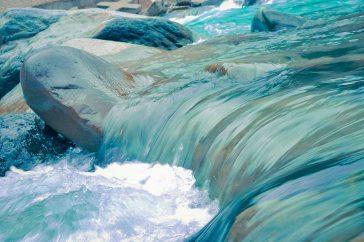 Stromend water in een rivier met keien