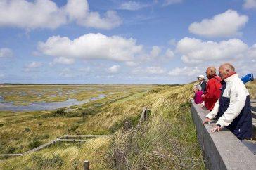 Mensen kijken over De Slufter op Texel
