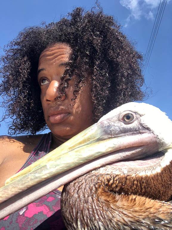 Crazy selfie Odette Doest met pelikaan.v