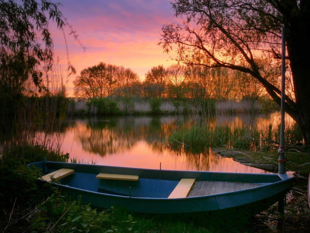 Boot bij zonsondergang