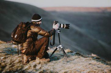 Natuurfotograaf met cameratas